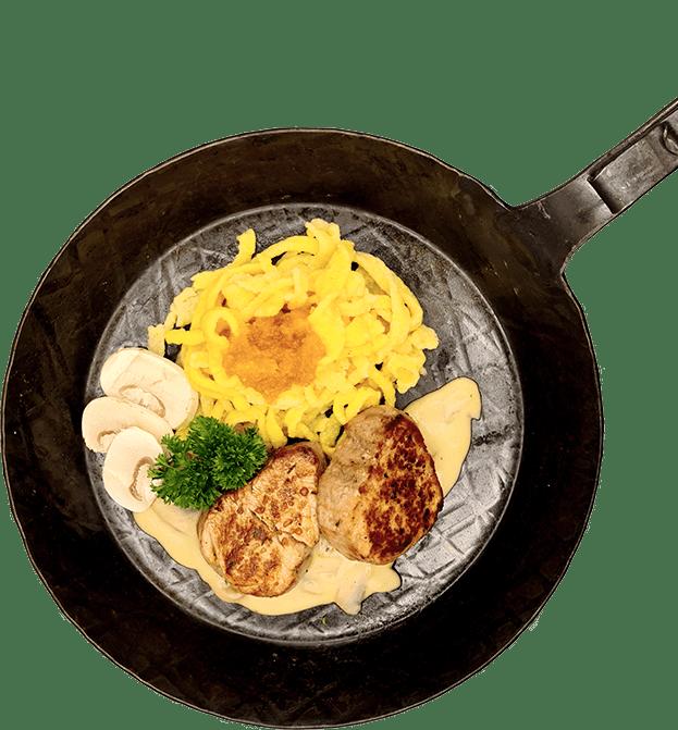 Steaks mit Pilzen und Spätzle in einer Pfanne